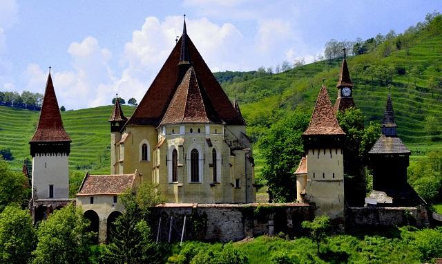 Ebben az erdélyi faluban 300 év alatt egyetlen válás történt. Zseniálisan oldották a családi veszekedéseket!