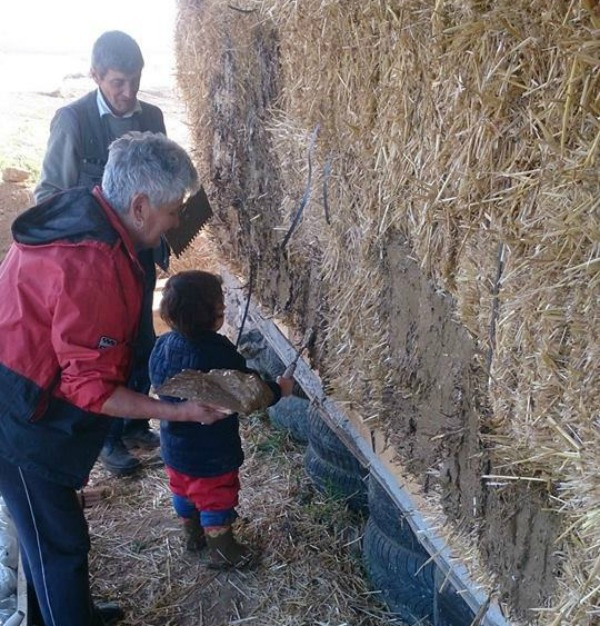 Szalmaházba készül költözni egy csíkbánkfalvi család