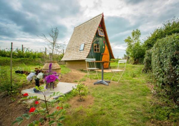 Ez a kicsi házikó úgy néz ki, mint egy mesebeli lak. De nézd meg mit rejt magában. WOW!