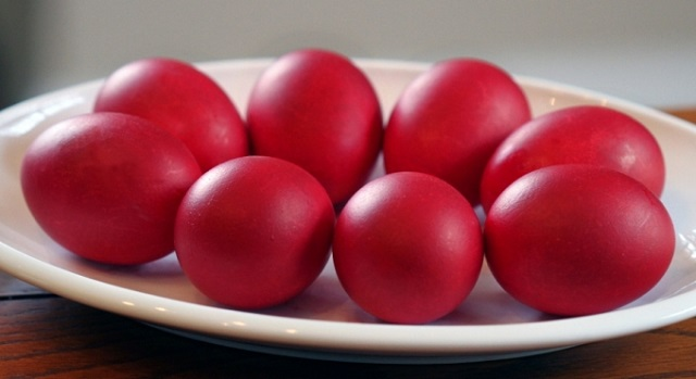 Így lesz természetesen szép piros tojásunk, anélkül, hogy befestenénk a kezünket!