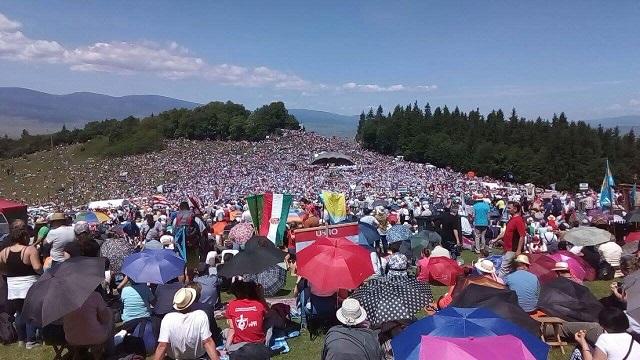 Így énekli több 100.000 magyar a magyar himnuszt a Csíksomlyói Búcsún