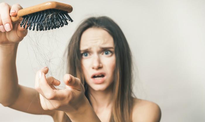 A nőknél jelentkező hajhullás 5 lehetséges oka (és így old meg a problémát)