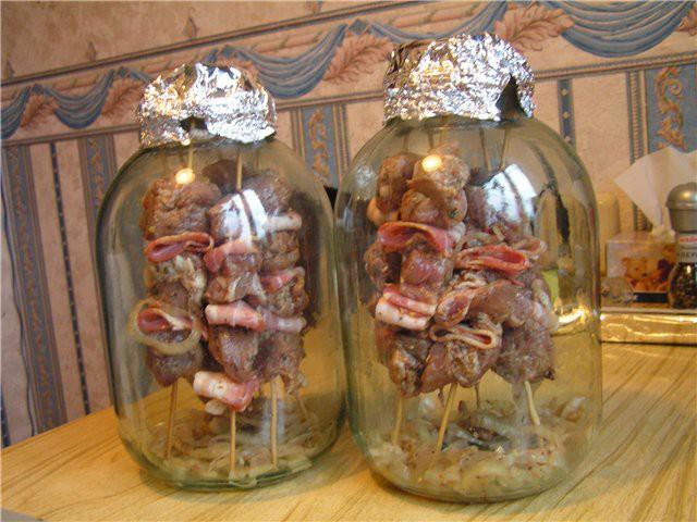 Szereted a nyárson sült húst? Otthon is el tudod készíteni, csak két nagy befőttesüvegre lesz szükséged!