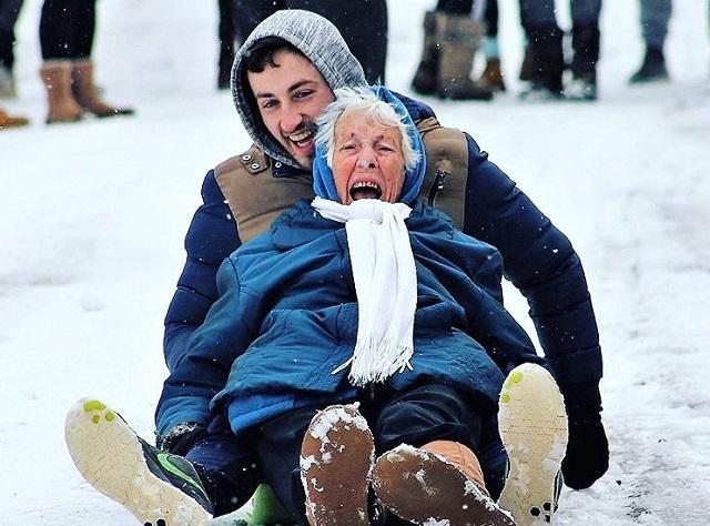 Az egész világ arcára mosolyt csalt ez a 86 éves szánkózó nagymama