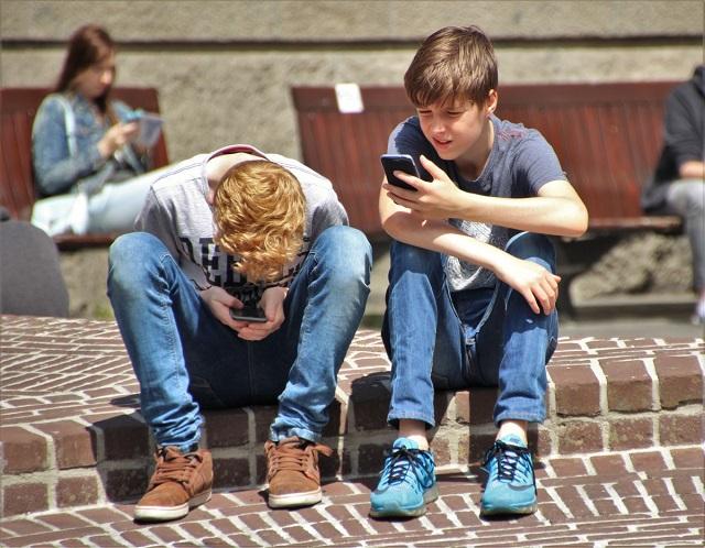 A mobiltelefon hatása a fiatalokra: A telefonfüggőség tönkreteheti a gyermekkort!