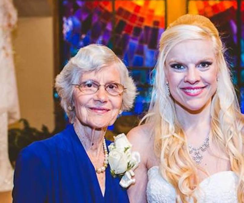63 év után ismét felvette a nagyi a menyasszonyi ruháját. Ezúttal is tökéletesen állt rajta