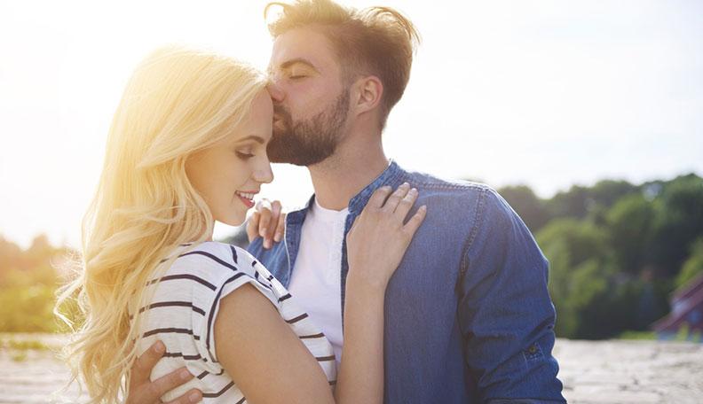 A homlokra adott puszi/csók 6 jelentése, amelyről neked is tudnod kell!