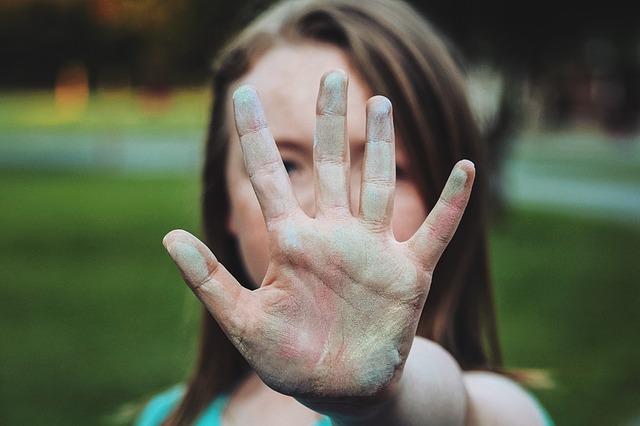 5 jótanács introvertált embereknek, hogy ne kapjanak frászt, ha nagy társaságba keverednek!
