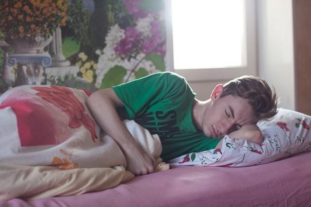 Alvásszakértők szerint ezért kellene mindenkinek oldalt fekve aludnia