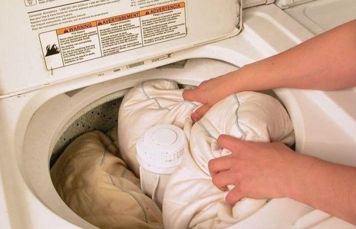 Így tisztítsd meg helyesen a nyáltól besárgult párnáidat
