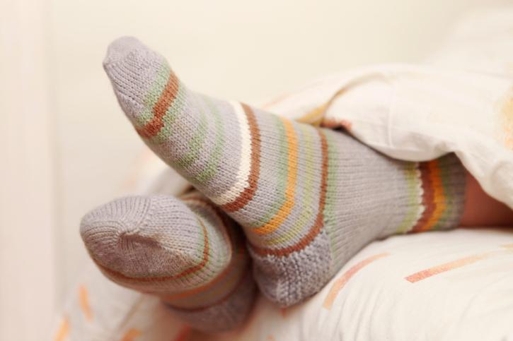 Ezért alszik jobban, aki éjszaka zoknit visel!