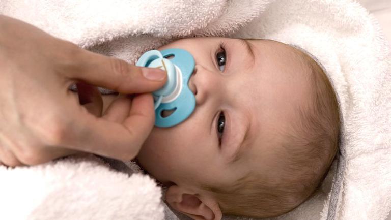 Szakemberek szerint ezért jó, ha az anyuka előbb a szájába veszi a cumit, mielőtt gyerekének adja
