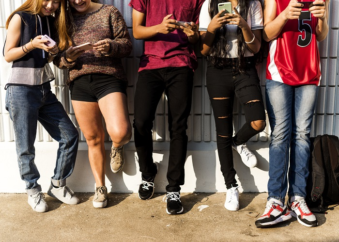 Franciaországban betiltották az iskolában a mobiltelefonok használatát!
