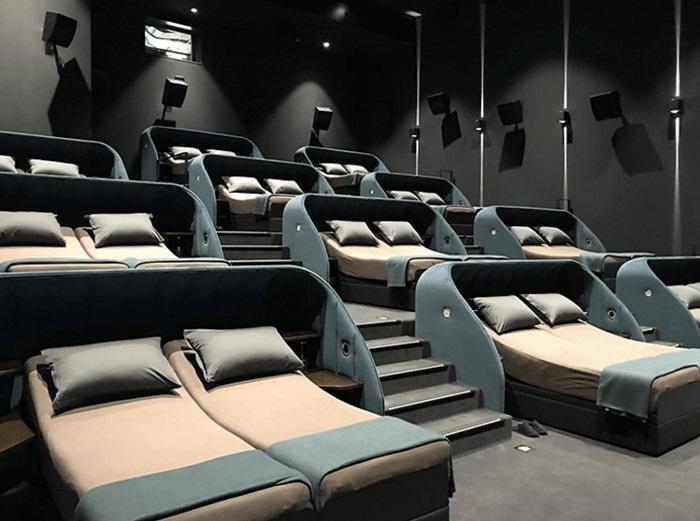 Kényelmes ágyakra cserélte a székeket egy svájci mozi