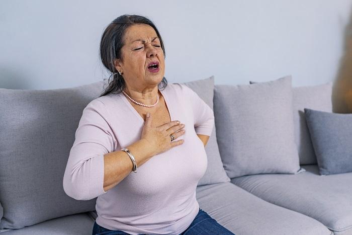 6 szívrohamra utaló tünet, ami csak nőknél fordul elő