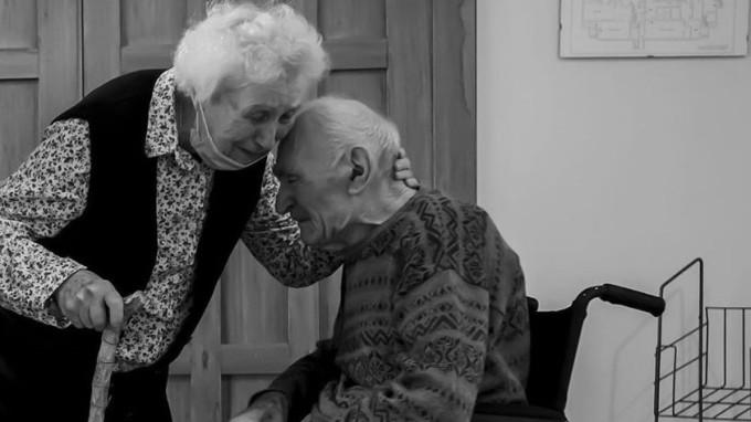 """Két idős ember 101 nap elkülönítés után újra láthatta egymást! Ez volt az első """"szakításuk"""" 70 éve!"""
