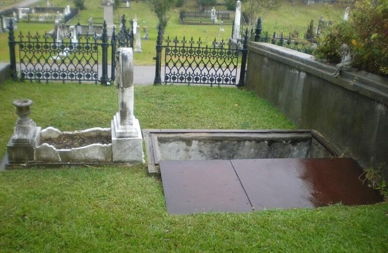 A gyászoló anya lépcsőt építtetett a lánya sírjához, hogy vihar esetén is vele tudjon lenni!