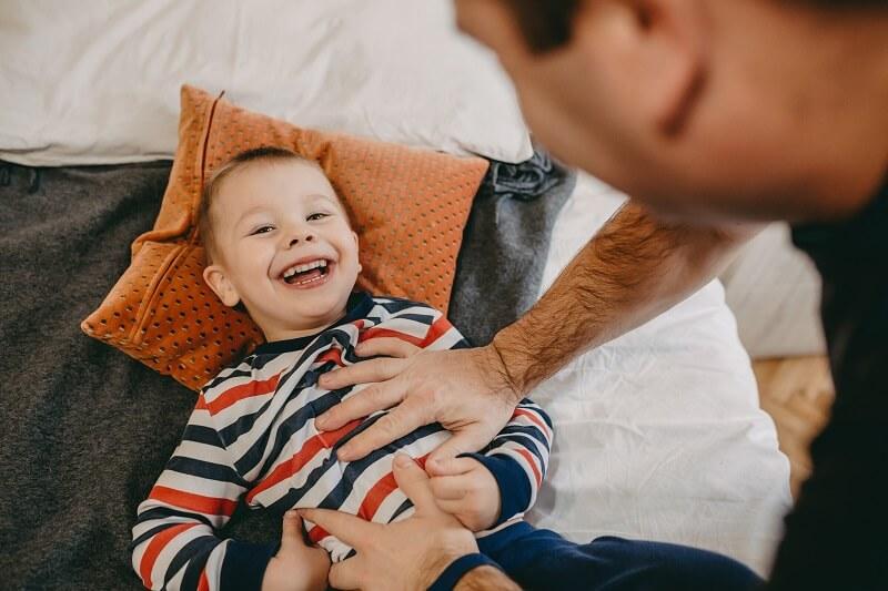 A tudósok szerint ezért lehet ártalmas, ha a gyereket csiklandozzuk